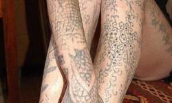Egy lány aki saját magát tetováltatta ki egy varrótűvel