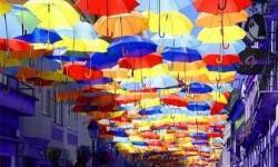 Varázslatos fotók, esernyők az égbolton Portugáliában