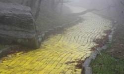 Hátborzongató fotó egy elhagyott sárga köves útról.