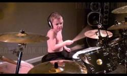 Egy 6 éves kisfiú dobolja el a Guns N' Roses legendás himnuszát, zseni a gyerek!