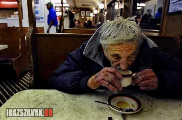 egy kávét kérek magamnak és egyet felfüggesztve