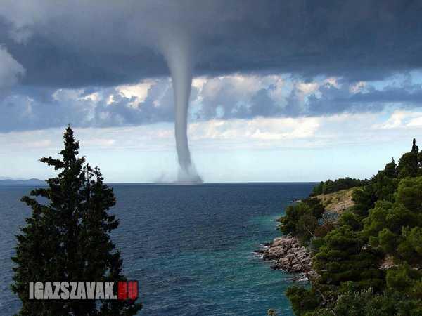 félelmetes vízoszlop az Adriai tengeren