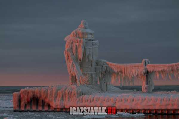 világítótorony a jég fogságában a Michigan tónál