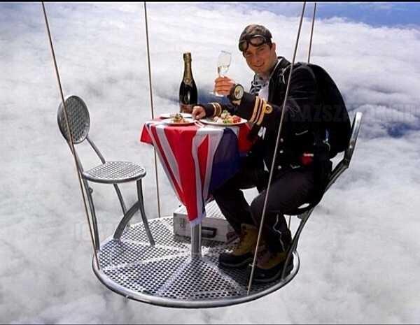 Bear Grylls élvezi  a vacsorát 25000 láb magasan