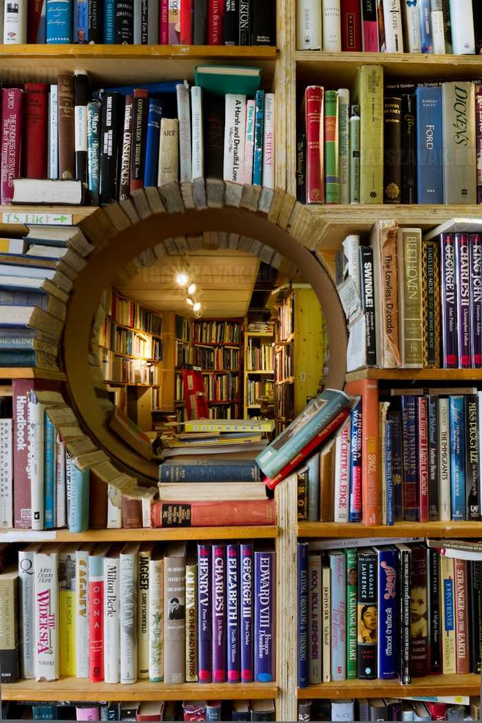érdekes könyvespolc