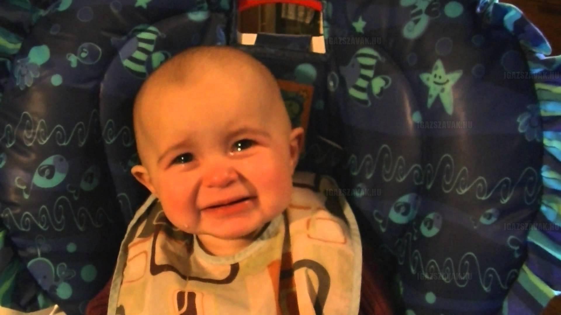 A hónap videója – 10 hónapos baba elérzékenyül anyukája énekén