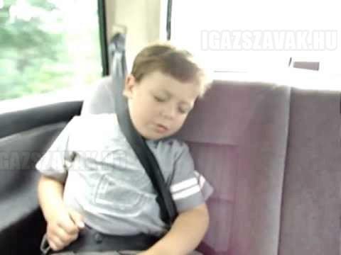 Így kell a gyereket felébreszteni a kocsiban!