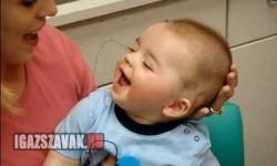 A 8 hónapos baba először hallja anyukája hangját