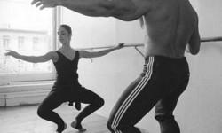 Arnold Schwarzenegger klasszikus balett órát vesz, hogy javítsa mozgását