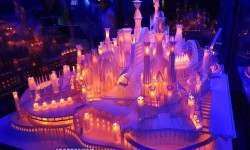 Egy gyönyörűen megvilágított papír kastély