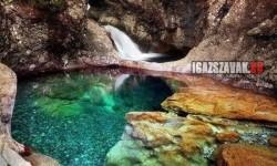 Varázslatos víztiszta medence Skóciában