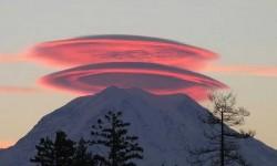 Szép lentikuláris felhők a Mount Rainer tűzhányó felett