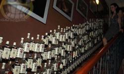Whiskey-s üvegek, szerte széjjel