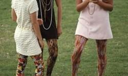 Az 1960-as években ilyenek voltak a tinilányok iskolába járó ruhái