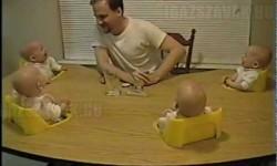 Így szórakozik egy apa a négyes ikreivel!